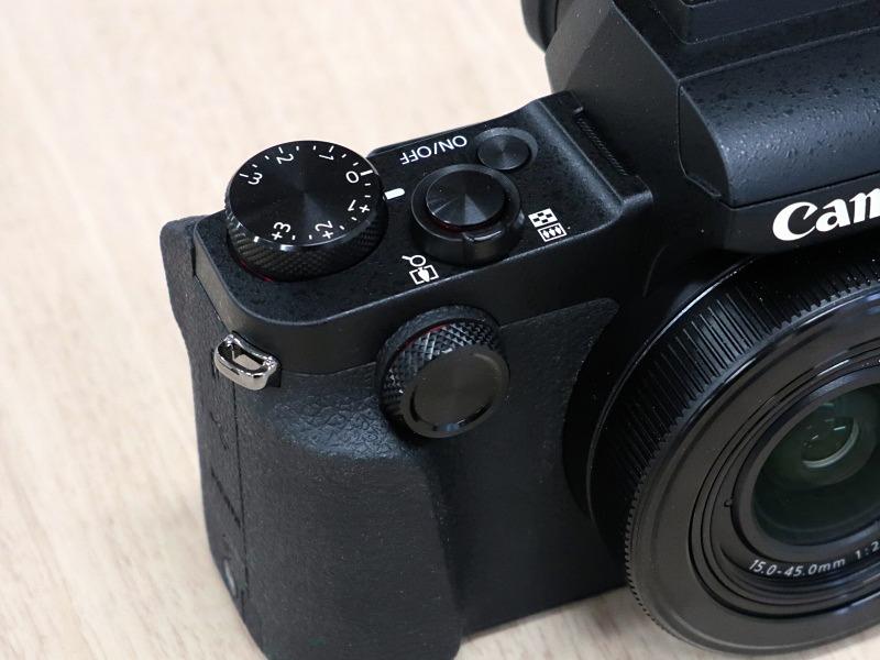 カメラ前面右手側の操作部。