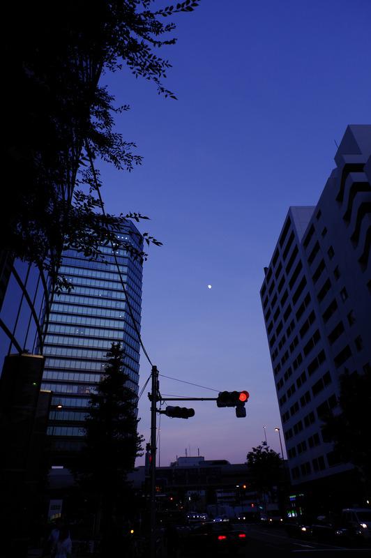 PENTAX KP / HD PENTAX-DA 15mm F4ED AL Limited / 絞り優先AE(F6.3・1/50秒・-0.3EV)  / ISO オート(160) / カスタムイメージ リバーサルフィルム / WB CTE<br>夕闇が迫る空に月が輝いていた。WBをCTEにして空が印象的な色で焼けるようにした。
