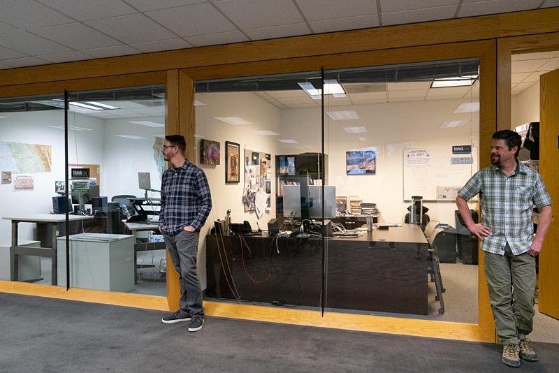 各スタッフの部屋は、フロア中央のパブリックスペースに向かって配置されている。
