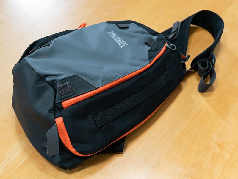 ボディバッグスタイルの「フォトクロス13」は、中型一眼レフカメラ+交換レンズ2〜4本と13型ノートパソコンをミニマムに持ち運べる。