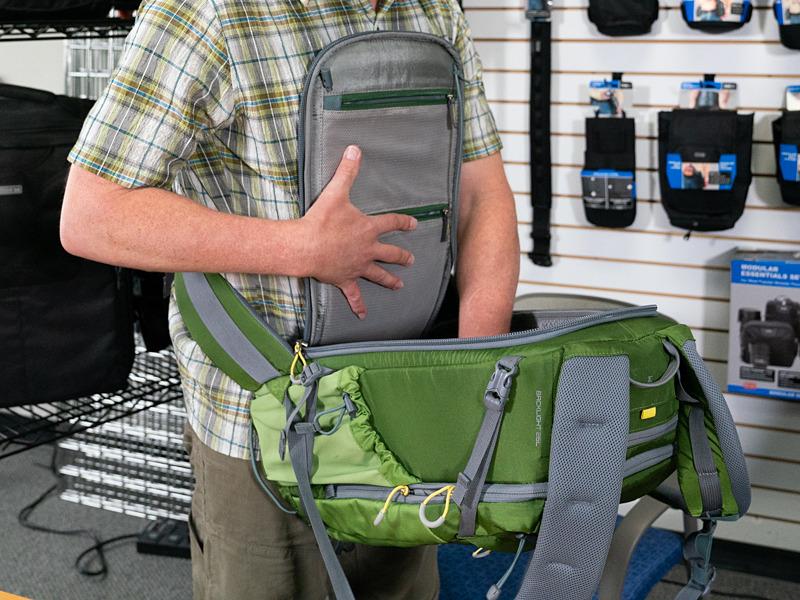 マインドシフトの「バックライト」シリーズは、バッグを地面に置くことなく背面アクセス可能。両手を使う場合、フラップはゴム紐で首にかけることもできる。