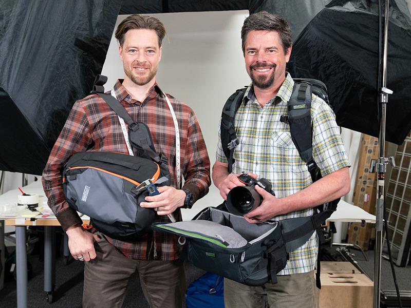 プロダクトデザイナーのJoseph H. Hanssenさん(左)、マーケティングマネージャーのTed Meisterさん(右)。マインドシフトギアのカメラバッグと共に。