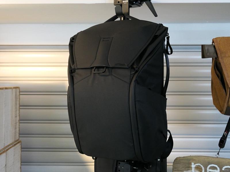 エブリデイバックパック30Lに加わったばかりの新色ブラック。
