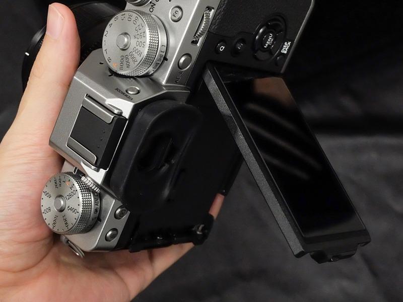 ロック解除スイッチの形状が変わり、3方向チルトの横開きがやりやすくなった。