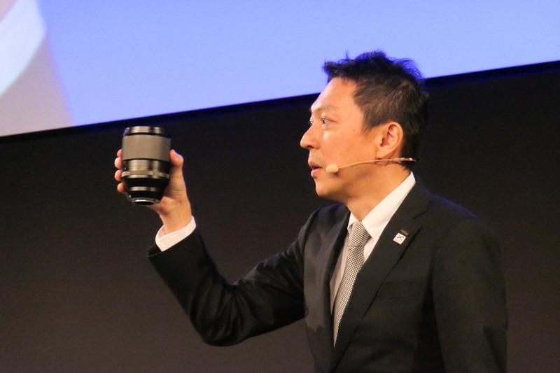 モックアップを手にする飯田氏。