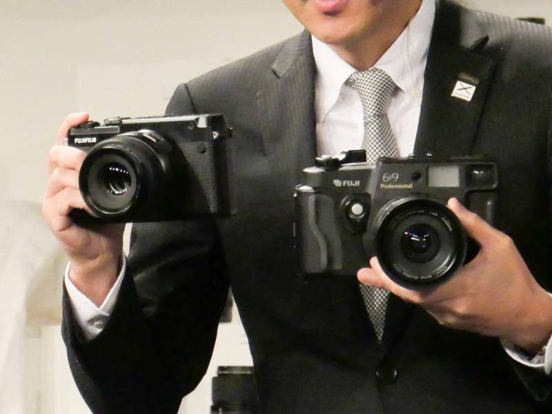 フィルムカメラの旧製品「GSW690」(右)とサイズ比較。