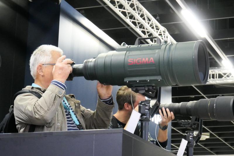 今回のフォトキナ会場にもちゃんと並んでいた「APO 200-500mm F2.8 / 400-1000mm F5.6 EX DG」。来場者がこのレンズを記念撮影していくのは定番。