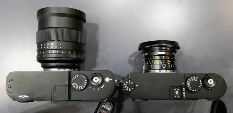 ZENIT M+ZENITAR 1.0/35(左)、ライカM10+ズミクロン35mm F2(右)。ボディ厚の違いはライカM10とライカM(Typ240)の世代差による部分。