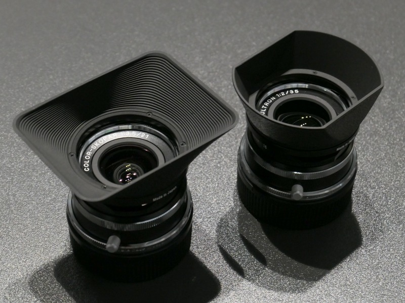 COLOR-SKOPAR Vintage Line 21mm F3.5 Aspherical VM(左)、ULTRON Vintage Line 35mm F2 Aspherical VM(右)。21mmのフードは35mmにも使える。