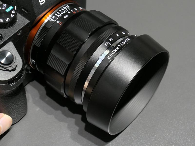 バヨネット式フードが付属。レンジファインダーカメラ用ではないためスリットをなくし、機能的な構造とした。