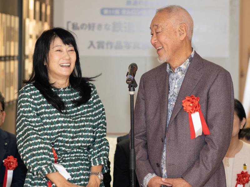 フォトライターの矢野直美さん(左)と鉄道写真家の広田尚敬さん(右)。