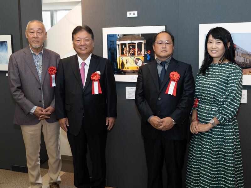 一般の部、大賞を受賞した和田浩さん(写真右から二番目)。