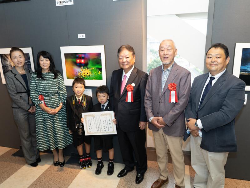 小・中・高校生の部、大賞を受賞した玉田航也さんご一家(航也さんは写真中央)。