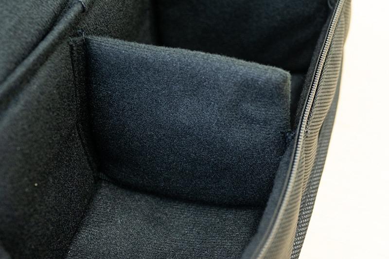 仕切り板はビシッと縫い付けられており、動かせない。