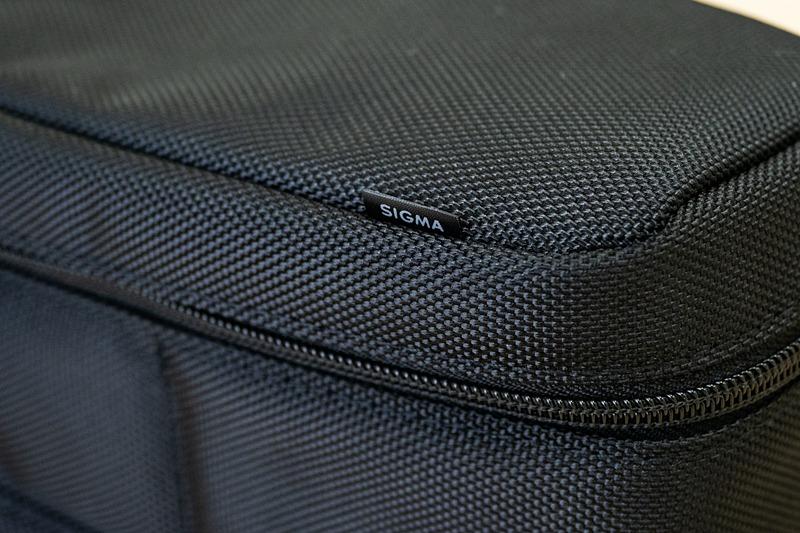 何も飾りのない外装にひとつ、小さなSIGMAロゴのタグだけが備わる。