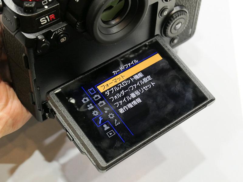 背面モニターは3軸チルトに対応。