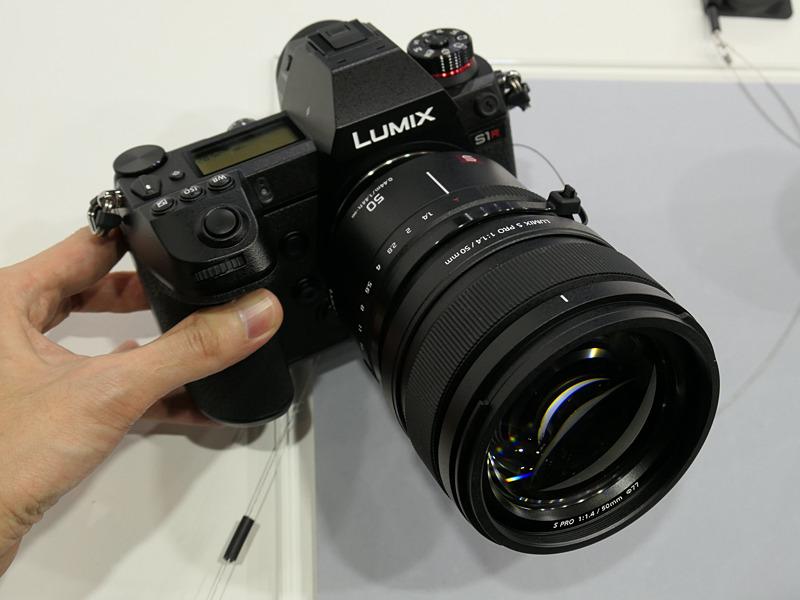 LUMIX S PRO 50mm F1.4を装着。