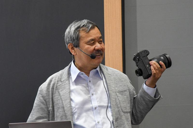 LUMIX S1Rについて説明した写真家の相原正明さん。