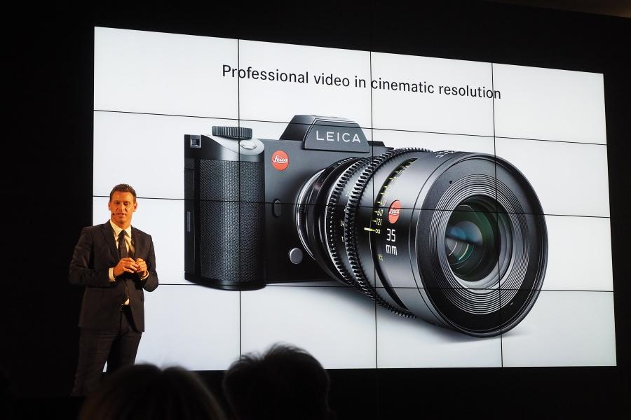 2015年10月に行われたライカSLのお披露目イベント。プレゼンしているのは当時のライカカメラ社CEOのオリバー・カルトナーさん。