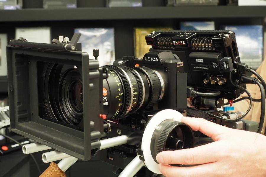 シネレンズとアトモスを組み合わせたライカSL。単なる動画対応ではなく、ちゃんと仕事で使うことも考慮した仕様なのがポイントだ。