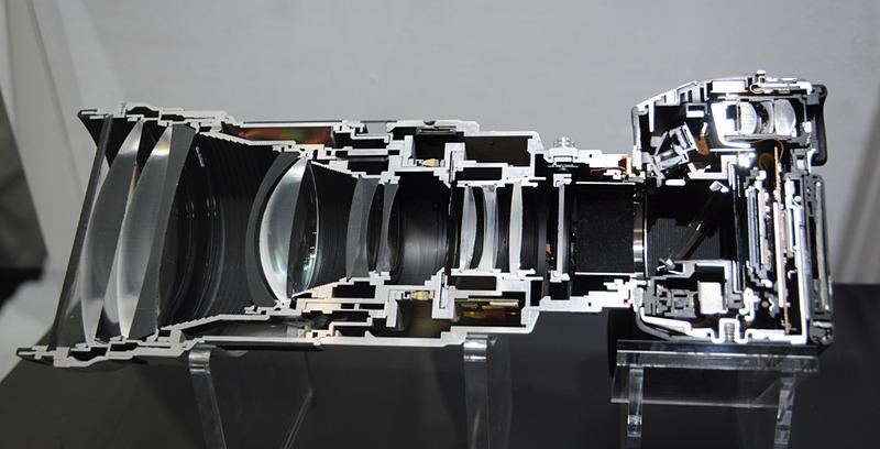 トランスルーセントミラーを用いたカメラのカットモデル。斜めに置いた大型ハーフミラーで、被写体光を上方のAFセンサーモジュールに導いているのがわかる(CP+2011のソニーブースで筆者撮影)。