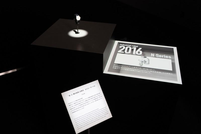 内覧会時のエントランスで展開していたセイコーエプソン製品の歴史を紹介するプロジェクションマッピング映像