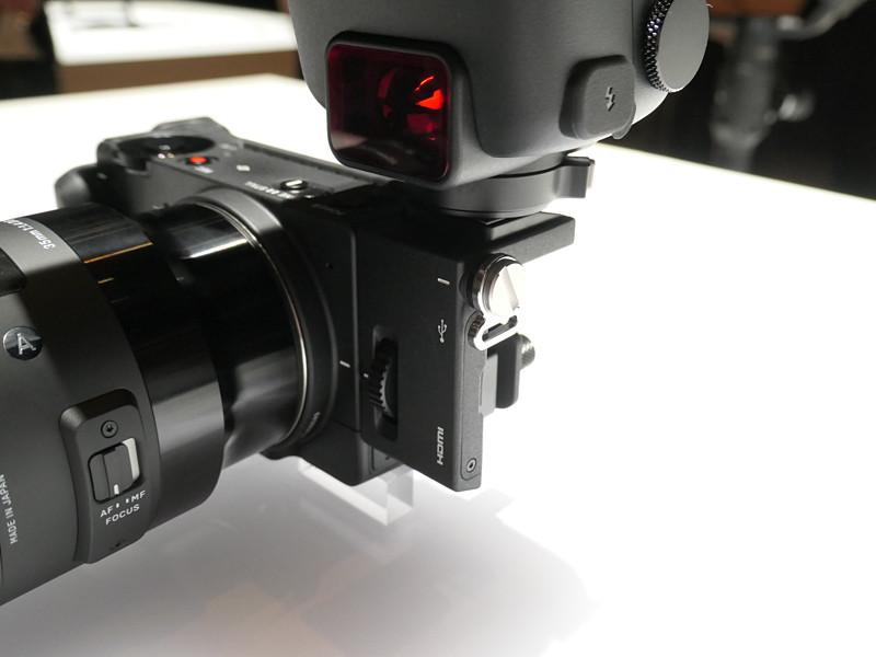fp本体側面に別売のホットシューユニットを取り付け、その上にクリップオンストロボを装着。
