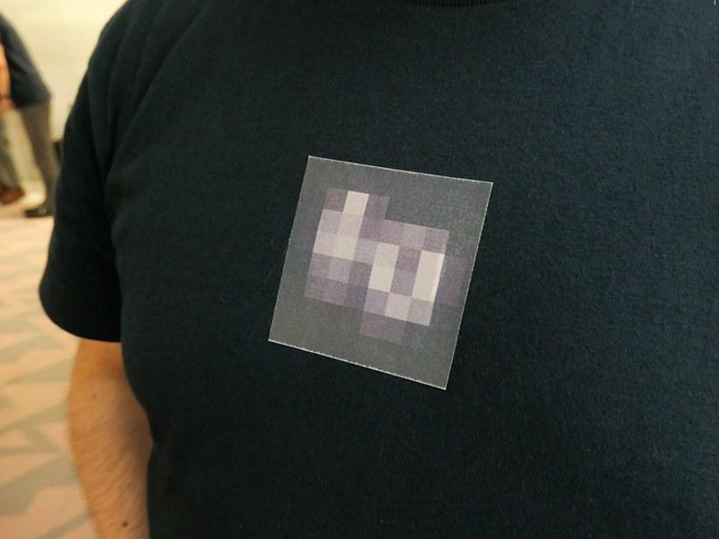発表会開始前にシグマスタッフがお揃いで着ていたTシャツ。dpのロゴっぽいような、何らかの画素配列のような、不思議なモザイク模様が気になった。