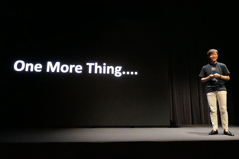かつてのアップル風な演出に「一度やってみたかったんですよ」と照れ笑いの山木社長。