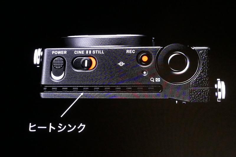 本体背面部分にヒートシンクが備わる。4K動画を長時間撮影するための装備。fp本体のバッテリー容量にはあまり期待できないが、別売のDCコネクターを使ってAC電源やVマウントバッテリープレートなどから給電できる。