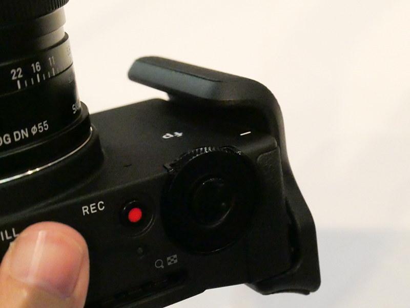 ハンドグリップ。ボディ側面のストラップ環を外すと現れる三脚ネジ穴に取り付ける。