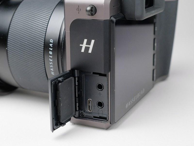 側面の端子類。USB Type-C端子からのバッテリー充電も可能。