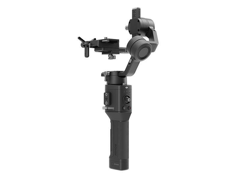 ミラーレスカメラ向けの片手3軸ジンバル「RONIN-SC」。メーカー希望小売価格は、標準版が5万1,300円、周辺機器などが付属するProコンボが6万2,100円(ともに税込)。
