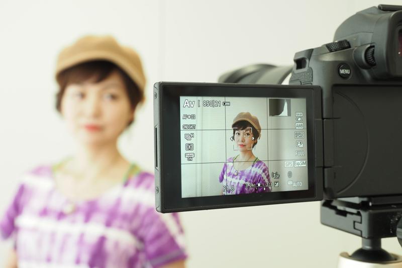 水咲さんにモデルとなってもらい、EOS Rとの組み合わせで瞳AFでの撮影を実演してもらった。顔が検出され、瞳の左右選択ができる状態になっていることがわかる。