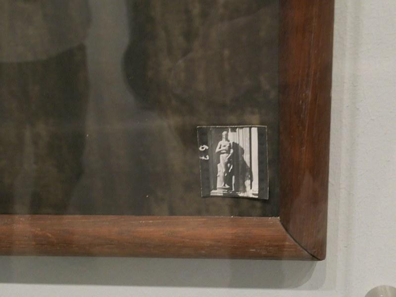 「この小さなフィルムから、ここまで大きく伸ばせる」という意味で、ネガと同じサイズの写真を右下に貼り付けている。