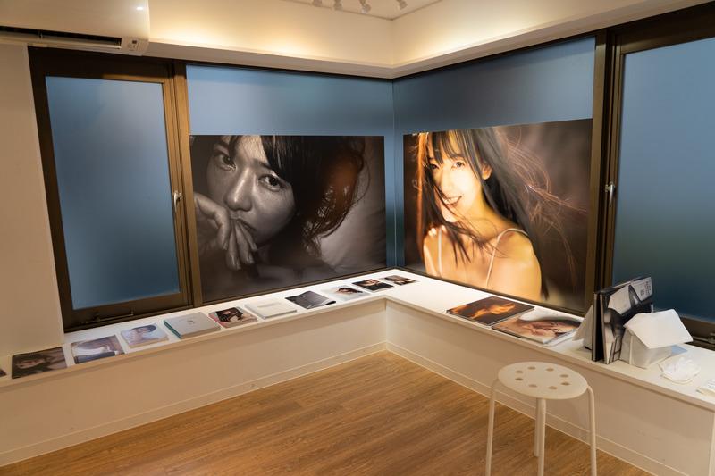 福島さんが過去に出版した写真集も鑑賞できる