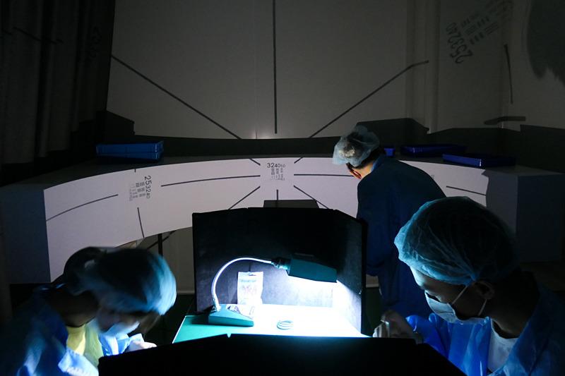 魚眼レンズの検査は、湾曲したスクリーンに投影する。