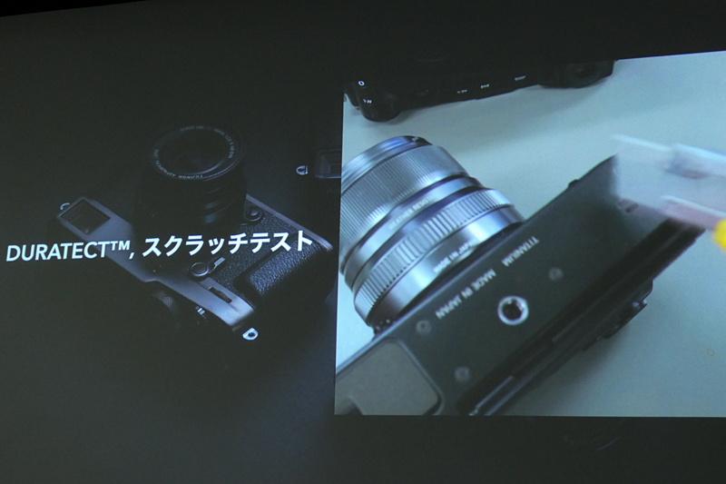 説明会では、カッターの刃でカメラ表面をこするテストの様子も上映された。