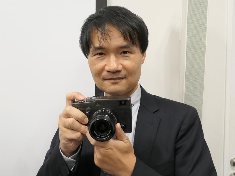 商品企画担当の富士フイルム上野隆氏。X-Pro3を手に。