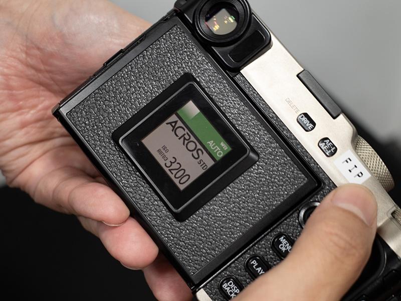 サブモニター。フィルムパッケージのようなデザインに、設定感度などが組み合わせて表示される。バックライトを入れると1mm厚くなるそうで、Hidden LCDのためにボディ全体が厚くなることを嫌ってここでは省略された。