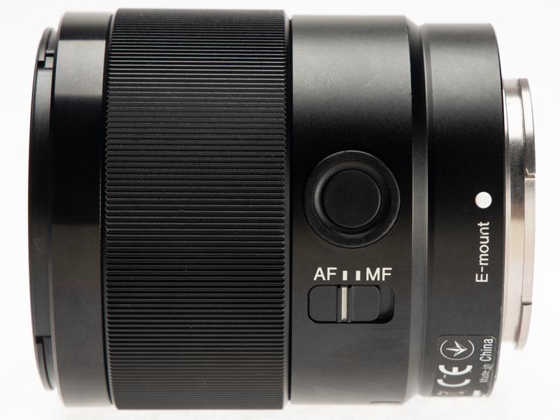 筐体左側。上部に撮影機能の割り当てを可能にするフォーカスホールドボタンを搭載。下部にはAF/MFの切り替えスイッチがある。画面左側、筐体の半分近くを占めるフォーカスリングなのでマニュアルフォーカス時にも使い易い