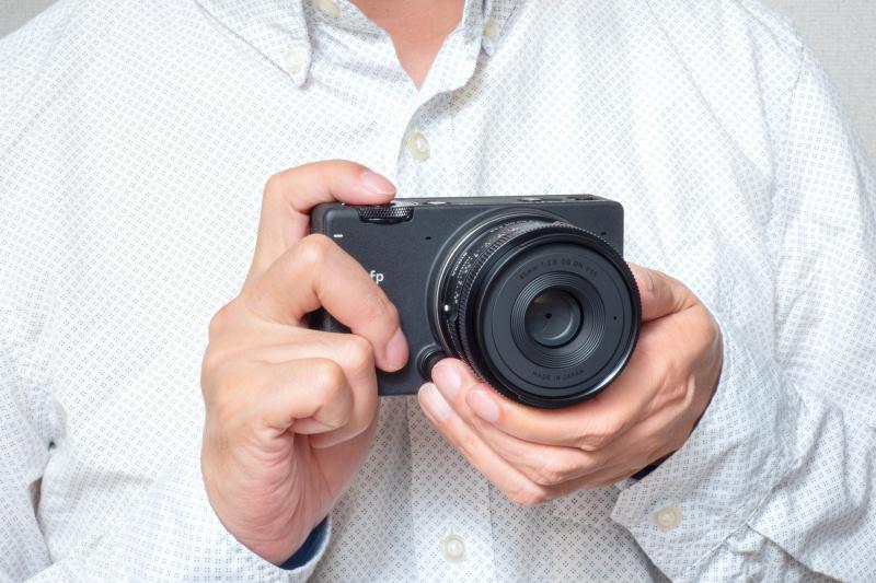 45mm F2.8 DG DNを装着したfpはフルサイズ機とは思えないほどコンパクト。手にしたホールド感や質感もSIGMAを感じさせる。