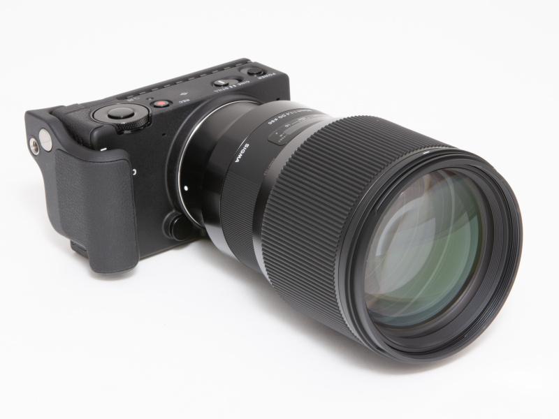 大柄な85mm F1.4 DG HSM   Artを装着すると、さすがにレンズが目立つ。重量級レンズを装着した際にもHG-11は有効だ。
