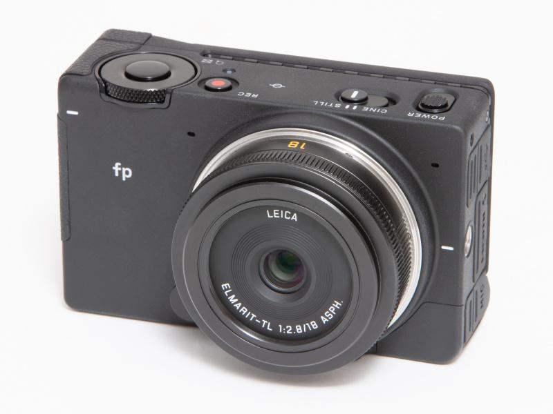 ライカのELMARIT-TL f2.8/18mm ASPH.を装着。APS-Cにクロップされるが、薄型パンケーキレンズもよく似合う。