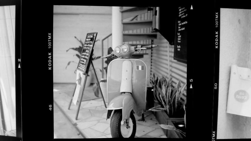 こちらは120サイズのモノクロネガフィルムを撮影。スライダーでコントラストを少し上げている。