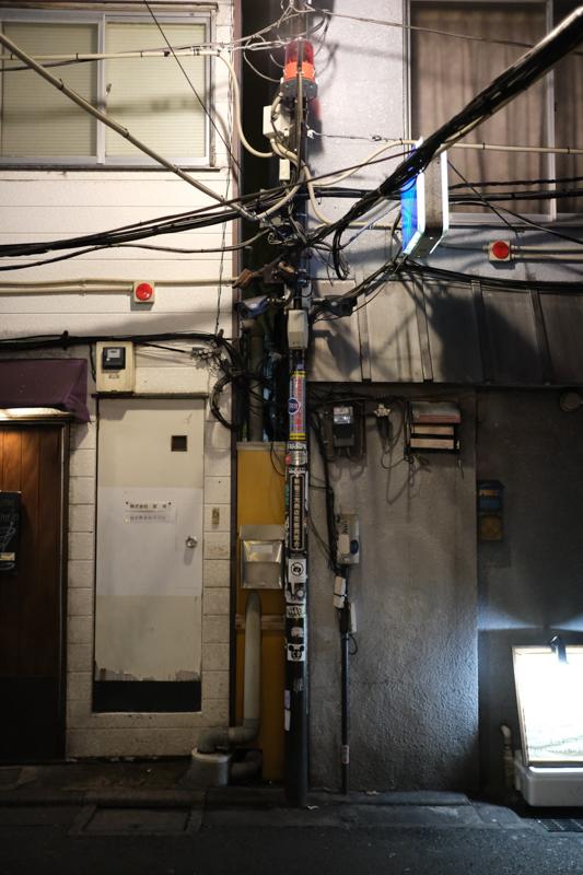 """ただの電柱もゴールデン街では味わい深く見える。<br><span class=""""fnt-85"""">X-T3 / XF23mmF2 R WR / 23mm(35mm相当) / 絞り優先AE(1/200秒・F2.0・±0.0EV) / ISO 4000</span>"""