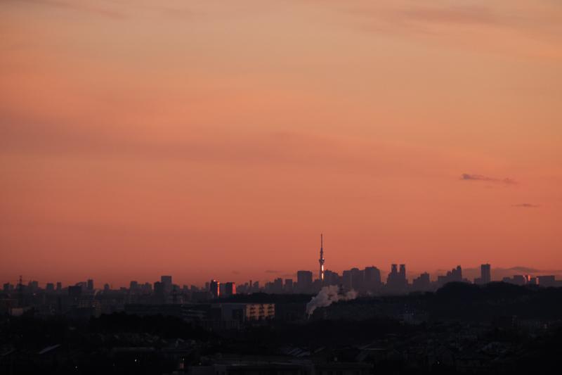"""夜明け前の東京。今日もこの街で生きていく。<br><span class=""""fnt-85"""">X-T3 /  XF55-200mmF3.5-4.8 R LM OIS / 200mm(300mm相当) / 絞り優先AE(1/1,000秒・F6.4・±0.0EV) / ISO 1600</span>"""