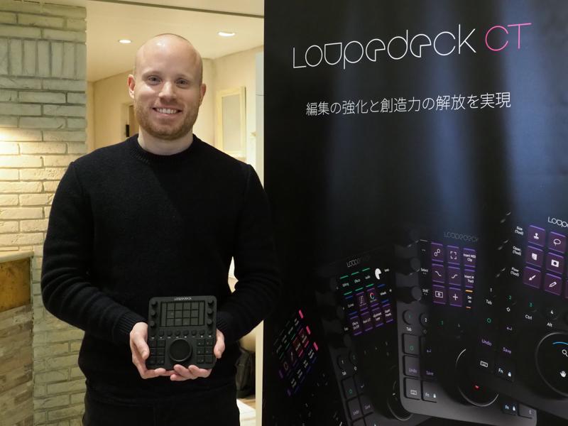 Felix Hartwigsen氏(Loupedeck共同設立者兼マーケティング責任者)。新製品「Loupedeck CT」を手に