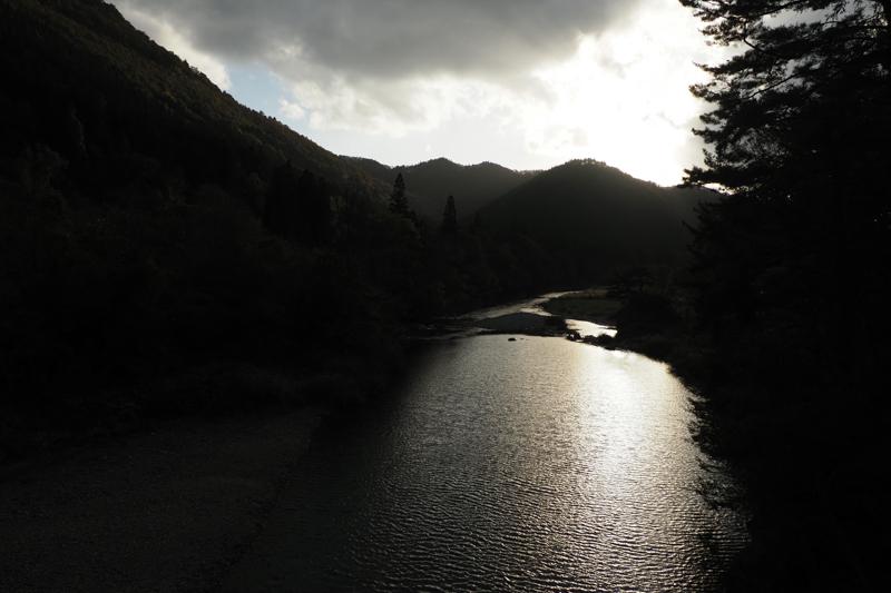 """景勝地「抱返り渓谷」を歩きながら、秋の夕暮れが迫るひとときを広角端で捉える。川面と山並みに映える光の味わいも自然な描写で階調豊かに表現されている(撮影:高橋智史)。<br><span class=""""fnt-85"""">OLYMPUS OM-D E-M1 Mark II / M.ZUIKO DIGITAL ED 12-200mm F3.5-6.3 / 12mm(24mm相当) / 絞り優先AE(F8、1/1,250秒、-0.7EV) / ISO 400 / WB:オート</span>"""