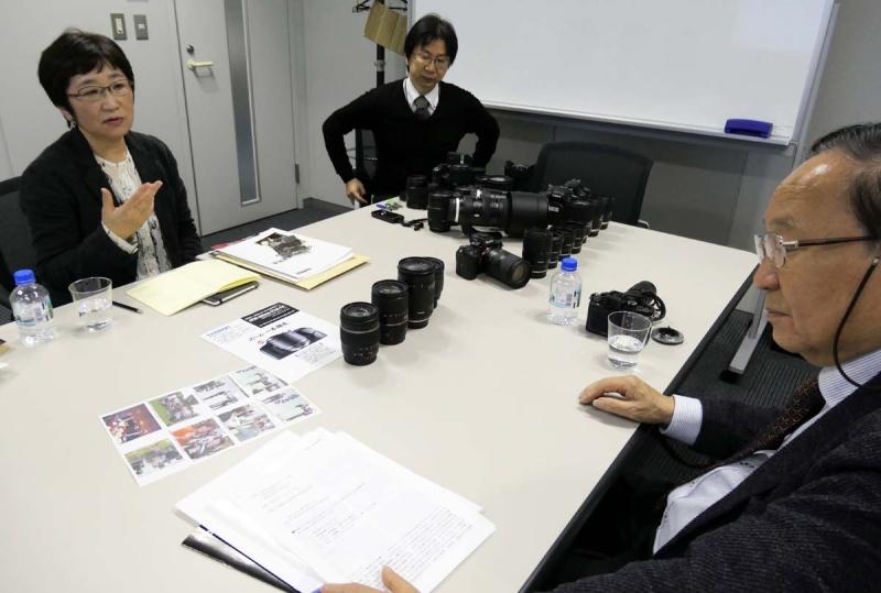 高倍率ズームに対して語る千代田さん。中央が広報の青木隆幸さん